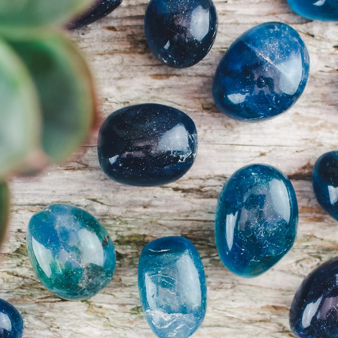 Blå fluorit, trumlade stenar