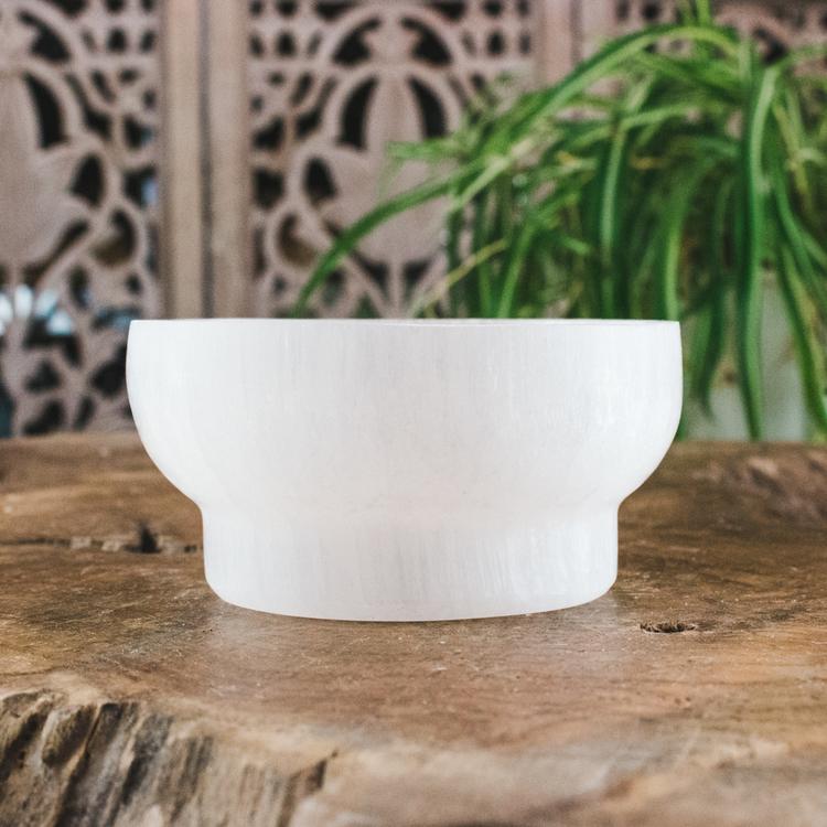 Vit Selenit, rund skål med fot