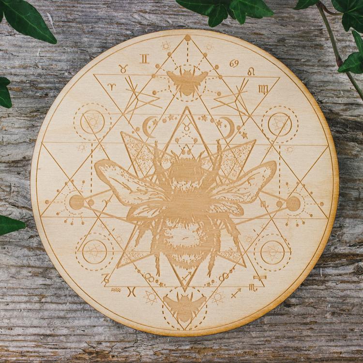 Träplatta med heptagram och honungsbi