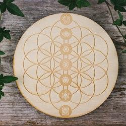 Träplatta med livets blomma och chakrasymboler