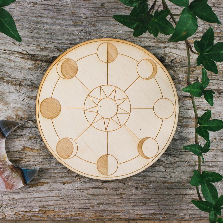 Träplatta med månfaserna