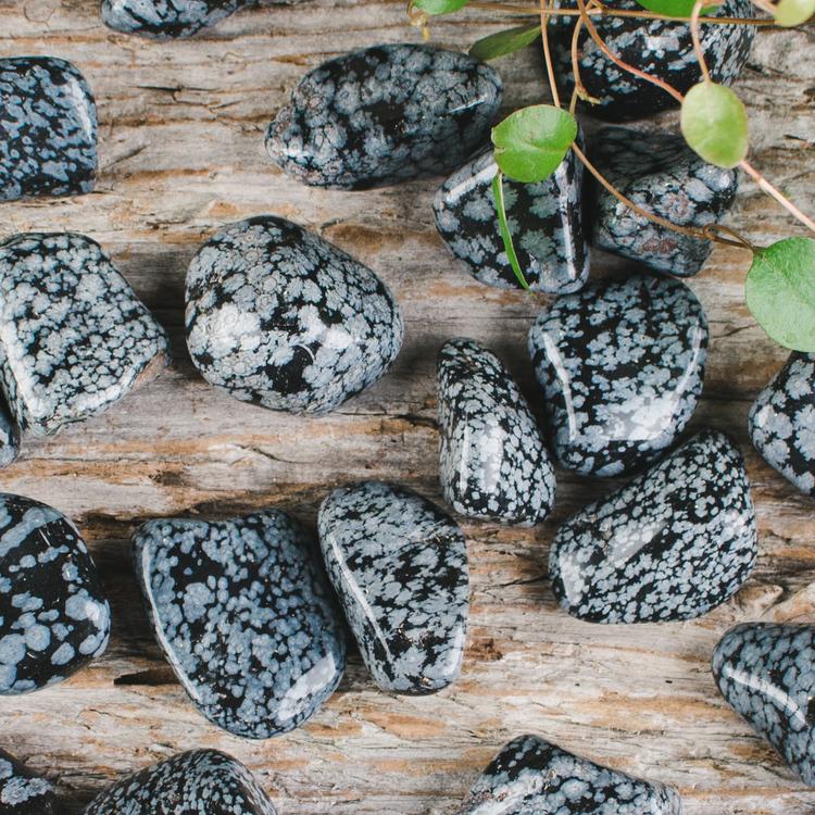 Snöflingeobsidian, trumlade stenar