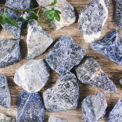 Sodalit, rå stenar