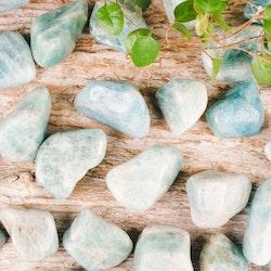 Akvamarin, mörka trumlade stenar