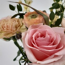 Bukett i säsongens blommor , mellan