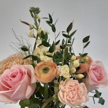 bukett i säsongens blommor stor