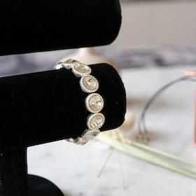 Vitt armband med stenar