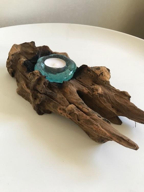 Unik glaslykta på trädrot