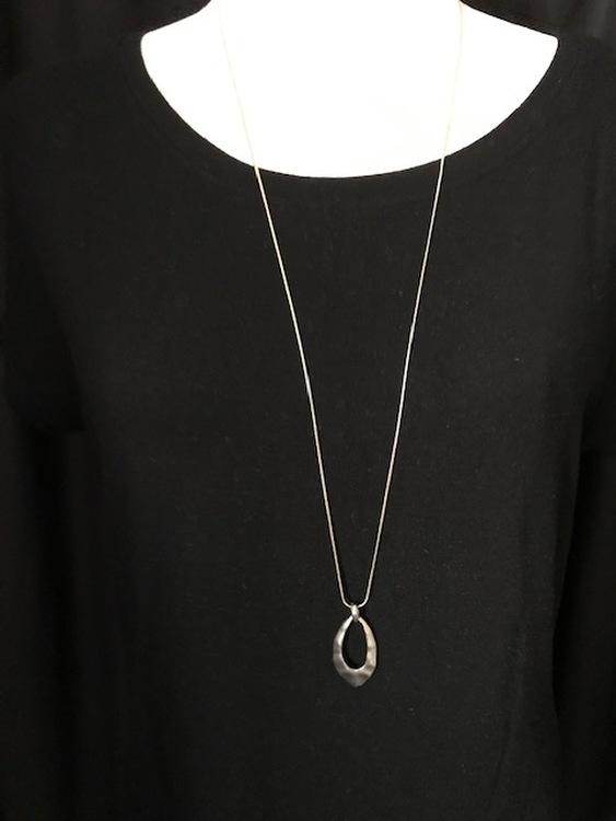 Långt halsband ned droppformat hänge