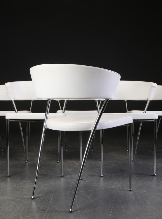 Hyr stolar i vitt skinn med stålben