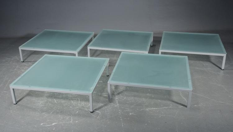 Hyr podier med frostat glas och metallram