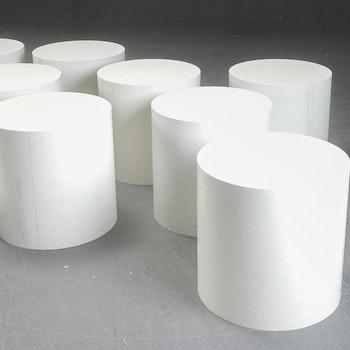 Hyr vita runda piedestaler till mässan