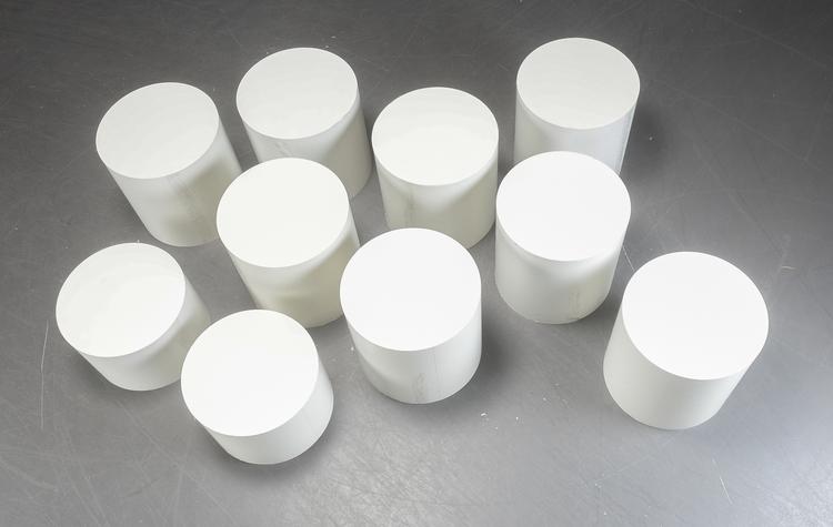 Hyr små vita runda piedestaler till mässan