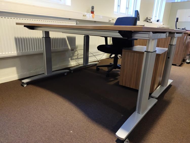 Hyr skrivbord med hjul, König + Neurath UNO.S