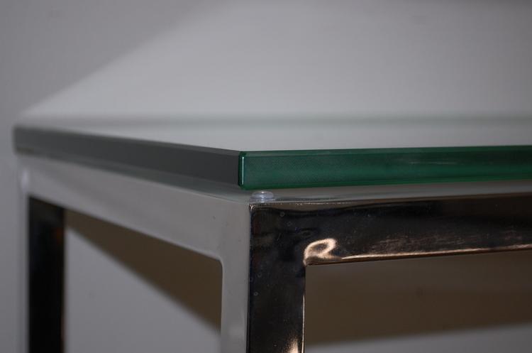 Hyr sideboard med glasskiva och kromade ben
