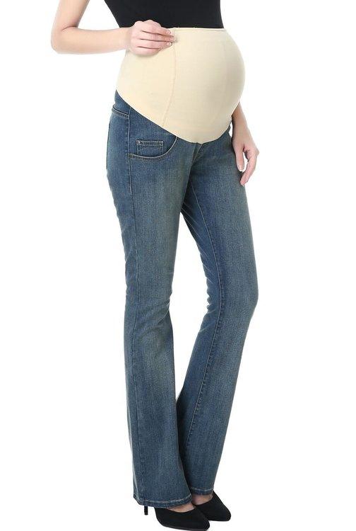 Denim jeans med boot cut ben och mudd över magen snett framifrån