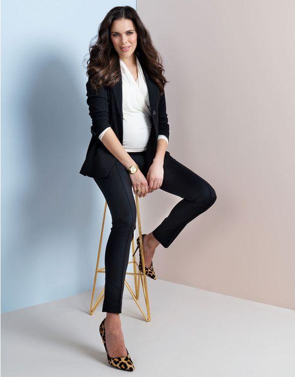 Svarta finbyxor med veck på framsidan och siden kant på fickorna modell sitter på stol