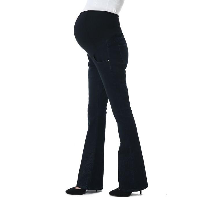 Svarta gravidjeans med mudd över magen och med utsvängda ben visas från sidan