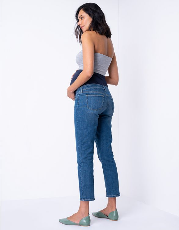 Blåa vadlånga gravidjeans med raka ben bild på modell taget bakifrån