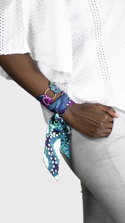 Twilly scarfette med blåa toner runt en handled