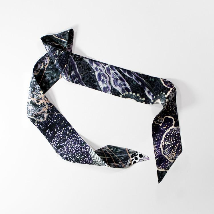 Twilly scarfette i mörka toner av en konstverk