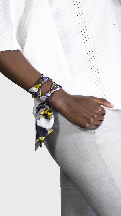 Twilly scarfette i gul och blå runt en handled