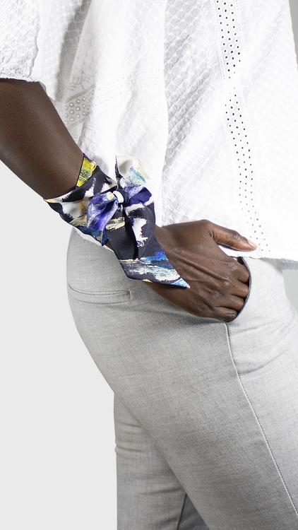 Twilly scarfette med fin mönster runt en handled