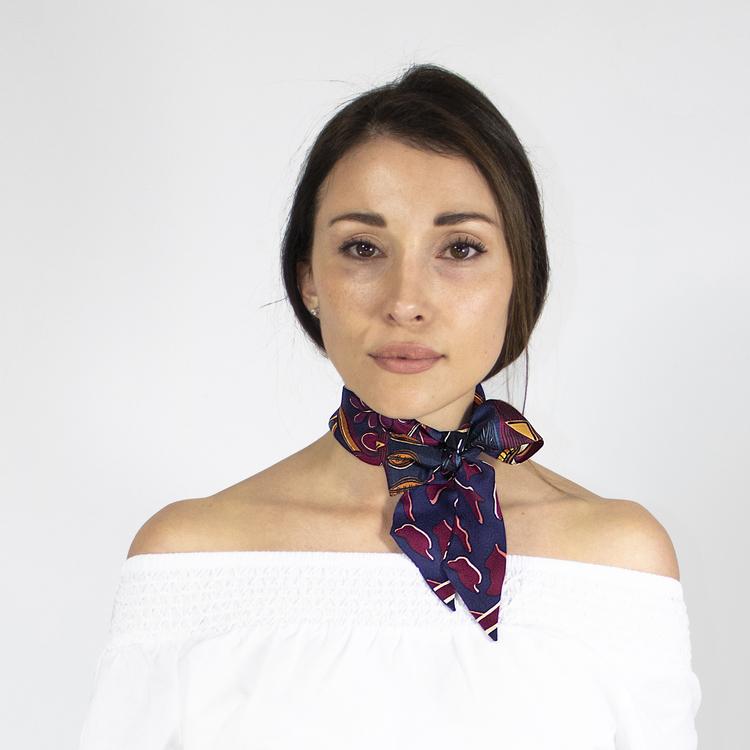 Twilly scarfette röd, blå och gula färger runt halsen