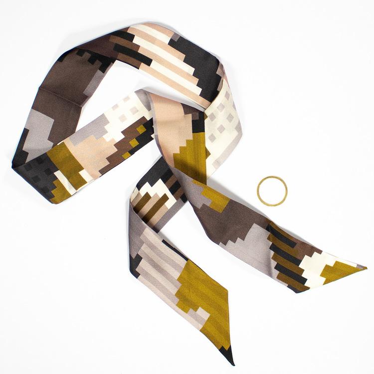 Twilly scarfette i guld och bruna färger av en konstverk