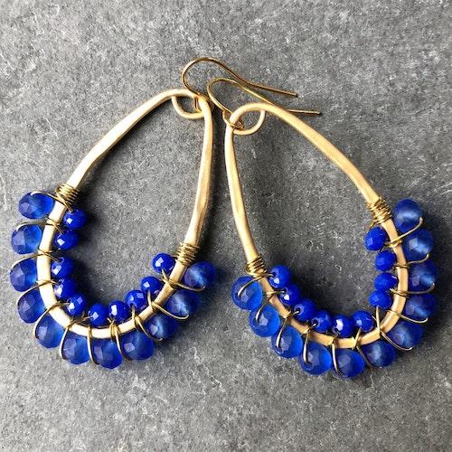Droppörhängen halvpärlade frostad blå