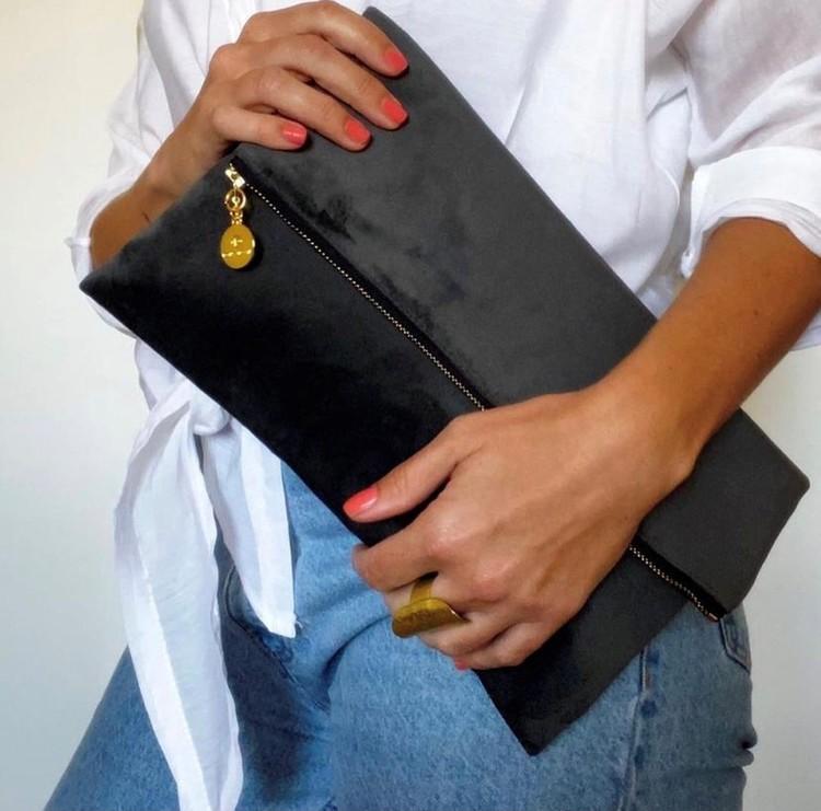 Grå kuvertväska i sammet