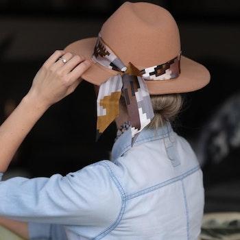 Mrs + Mr Luke Leopard siden twilly-scarf