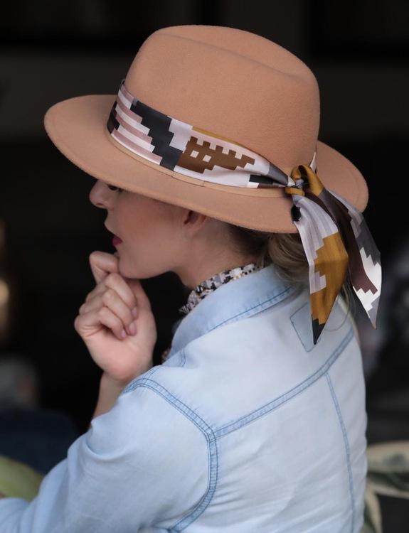 Twilly scarfette i guld och bruna färger runt en hatt