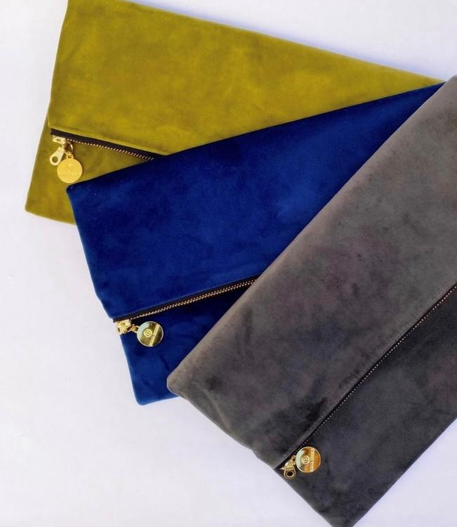 Blå, grön och grå kuvertväskor i sammet