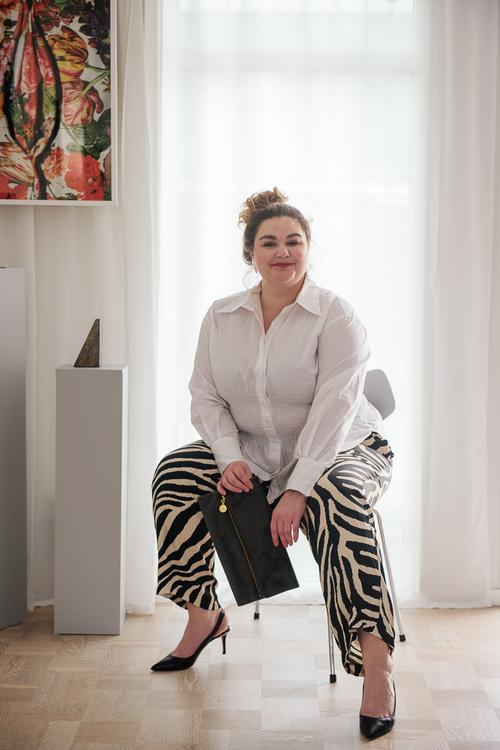 Frida Kummerfeldt med grå väska
