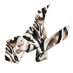 Victoria Verbaan Zebra siden twilly scarf och Usizo örhängen