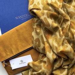 Aureum Leopard modal- och sidenscarf och senapsfärgad clutchväska set