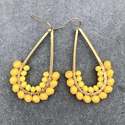 Avlånga örhängen med solgula pärlor