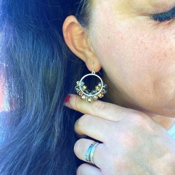 Drottning runda örhängen silver med sötvattenspärlor