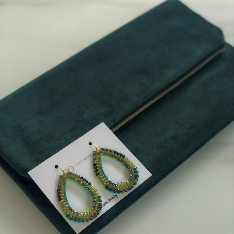 Smaragdgrön clutchväska & Usizo Africa joy örhängen set