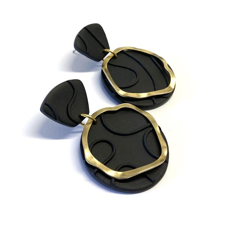 Örhängen svart mönster med guld