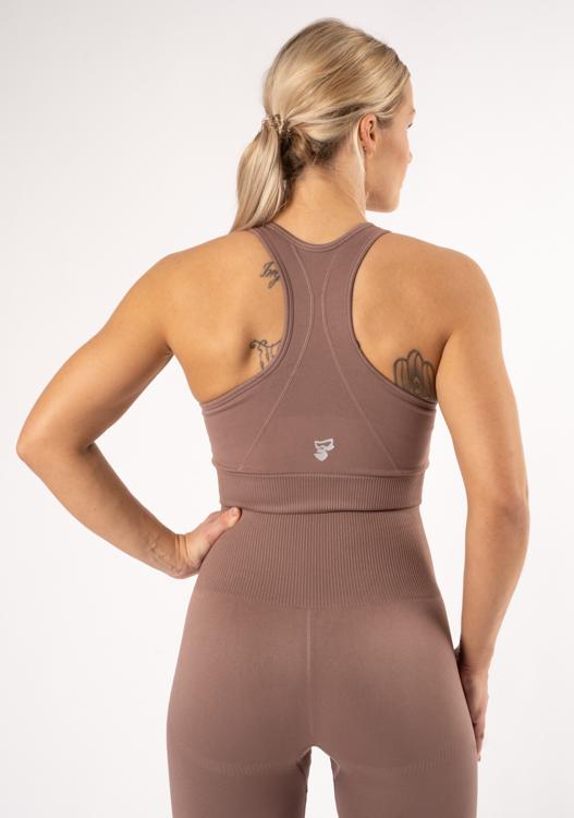 tjej med träningskläder i färgen ljusbrun