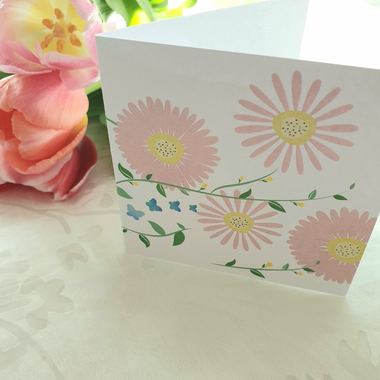 Grattiskort med fjärilar och blommor