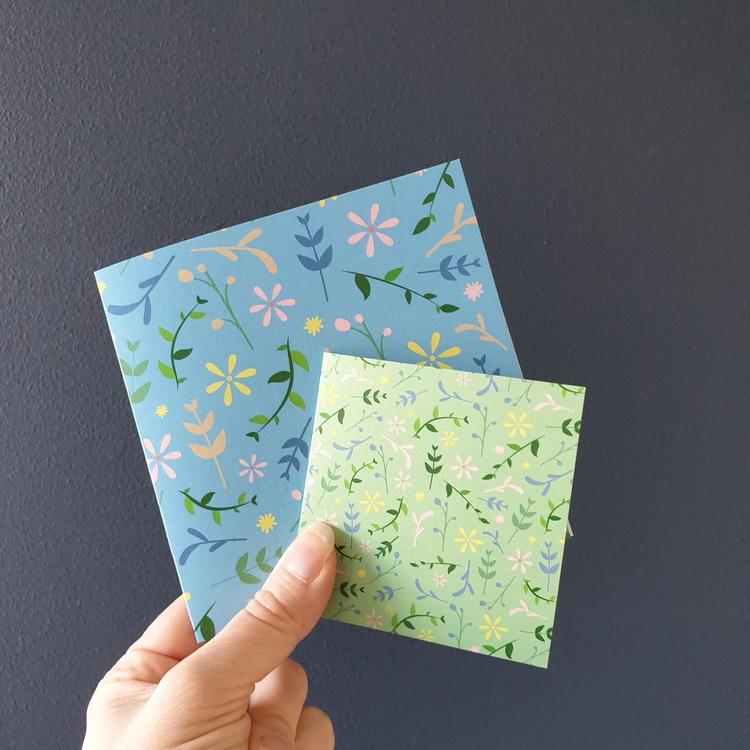 Två gratulationskort med blommönster i olika storlekar