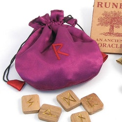 Tygpåse med runor i trä