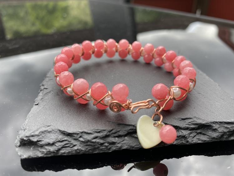 Handgjort armband med facetterade rosa jade pärlor