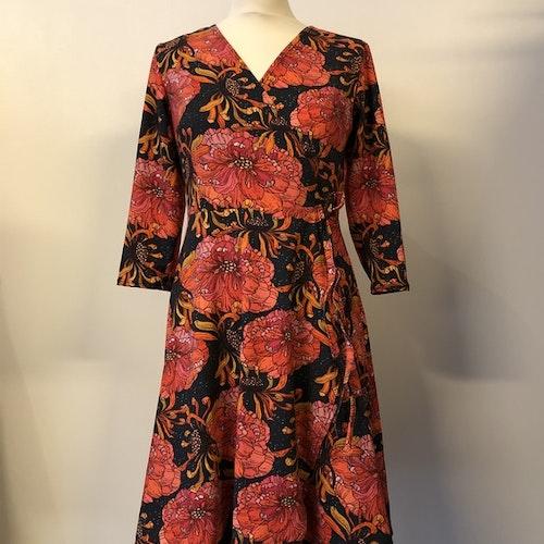 Amanda klänning Solros flora Svart, trekvartsärm