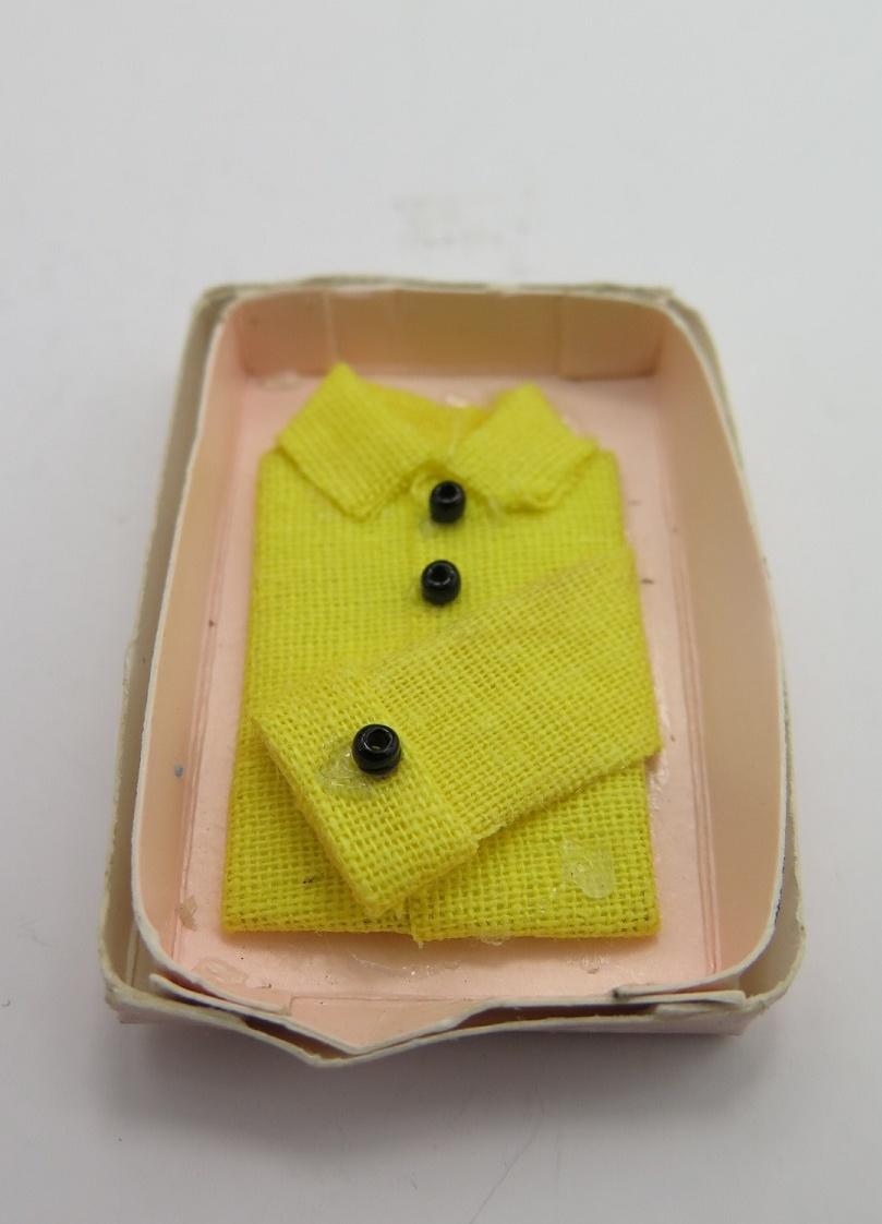 **Miniatyr** Skjorta i kartong gul