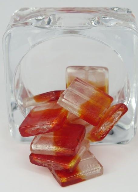 Fyrkantiga glaspärlor orange/vit