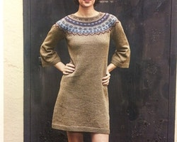 Klänning med mönstrat ok